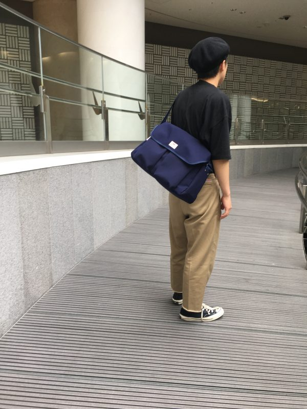 [ TRAVEL SHOULDER 'L' NAVY ]